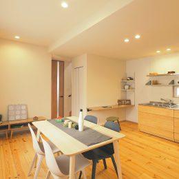 グリーンスタイル完成見学会 実家の敷地内に建てた自然素材の家 コミュニケーションを生むダイニングとキッチンとカウンター