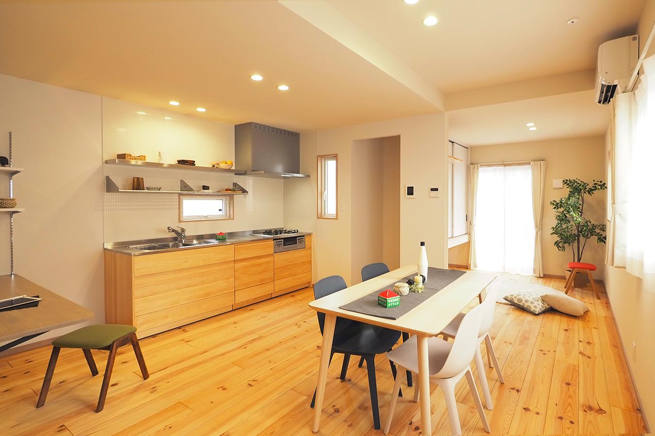 グリーンスタイル完成見学会 実家の敷地内に建てた自然素材の家 キッチン・ダイニング 無垢のパインの床材がナチュラルな雰囲気をつくり出します。