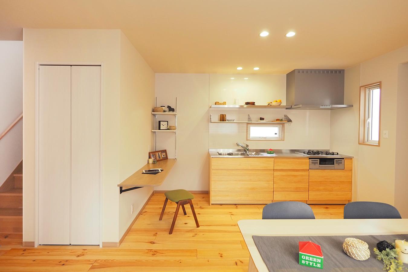 グリーンスタイル完成見学会 実家の敷地内に建てた自然素材の家 キッチン 奥さまこだわりのキッチン。小窓から差し込む光に輝くステンレスのキッチントップ。