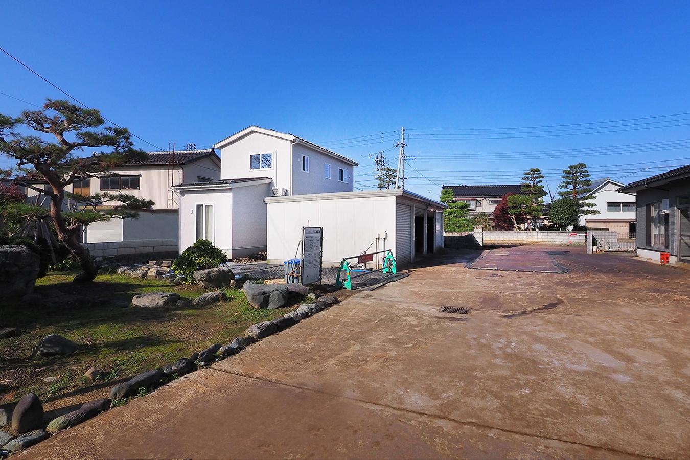 グリーンスタイル完成見学会  実家の敷地内に建てた自然素材の家 立派な和風の裏庭はご実家とお家をつなげるコネクションの役割を果たしてくれる。