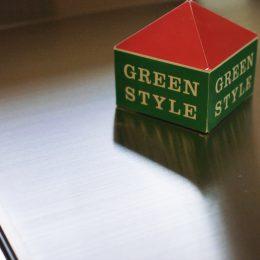 グリーンスタイル完成見学会 実家の敷地内に建てた自然素材の家 美しいキッチンのワークトップはステンレスのヘアライン仕上げ