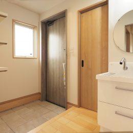 グリーンスタイル完成見学会 実家の敷地内に建てた自然素材の家 広めの玄関ホールとお出かけ前の身だしなみ。帰宅時の手洗いも大事な時代です。