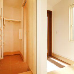 出入り可能なシューズクロークは玄関をスッキリみせて、収納もまかせられる優れもの。
