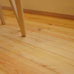 グリーンスタイル完成見学会 実家の敷地内に建てた自然素材の家 無垢の床材のぬくもりは足から伝わります。