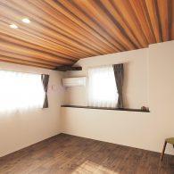 お庭とLDKと室内デッキがつながる家 秘密基地 主寝室