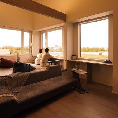 グリーンスタイル新潟モデルハウス「君と、夕暮れの家」L型窓のつくる眺望