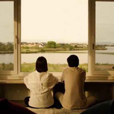 グリーンスタイルモデルハウス、君と、夕暮れの家 リビングで夕暮れを眺める