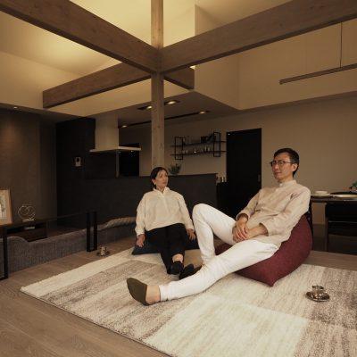 グリーンスタイル上沼モデルハウス「君と、夕暮れの家」リビングでくつろぐ