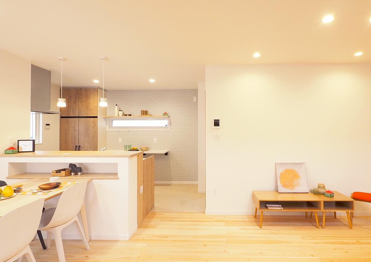 グリーンスタイル見学会 タイル模様の壁紙がかわいい印象のキッチン。お手入れしやすいようにクッションフロアを敷いています。
