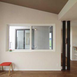 完成見学会 2F(LDK+Deck)の家 リビングからインナーバルコニー。その向こうは家事スペース
