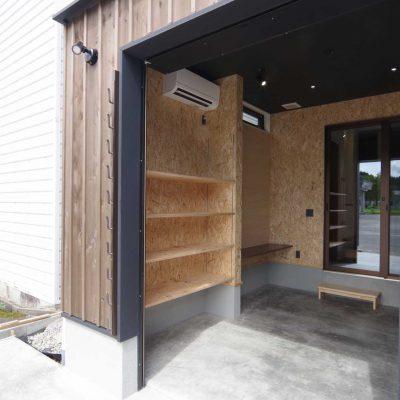 完成見学会バイクガレージの2世帯住宅。エアコン、カウンター、収納棚付きのハーレーダビッドソン専用のバイクガレージ。