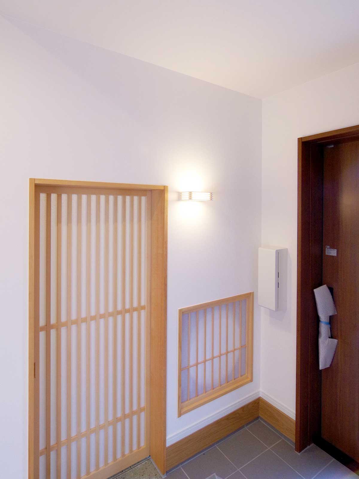 グリーンスタイルのお家見学会です。玄関から和室に入る。地窓と標準より下げた障子の引き戸。