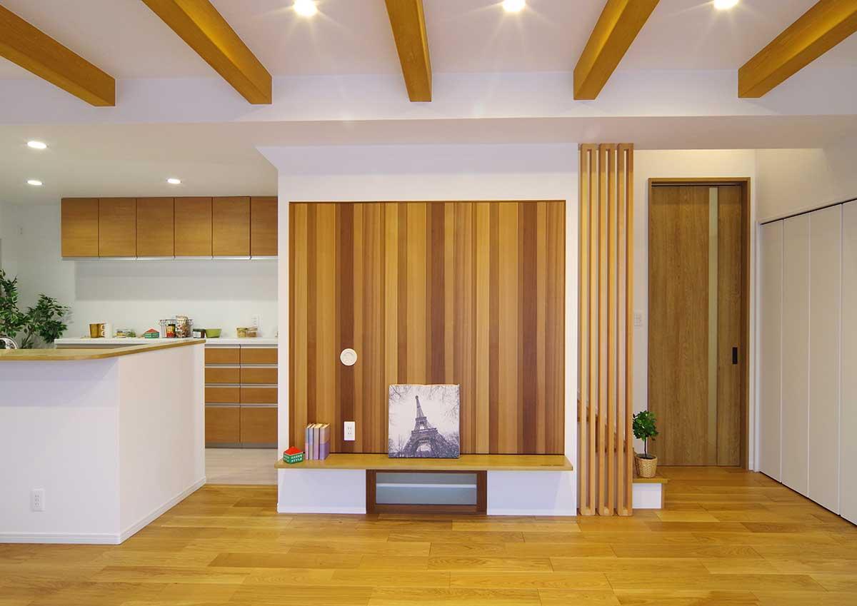 グリーンスタイルのお家見学会です。和モダンを印象付ける、テレビボード裏の木材。自然の変化をそのままに、濃淡の色味のを堪能する。